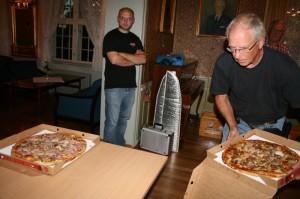 Kjell serverer pizza